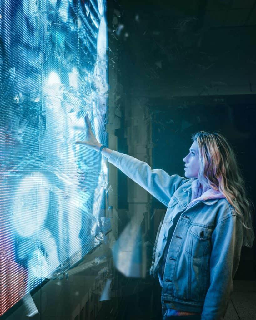 Kobieta przy reklamie świetlnej