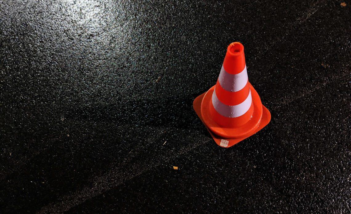 Słupek ostrzegawczy na drodze
