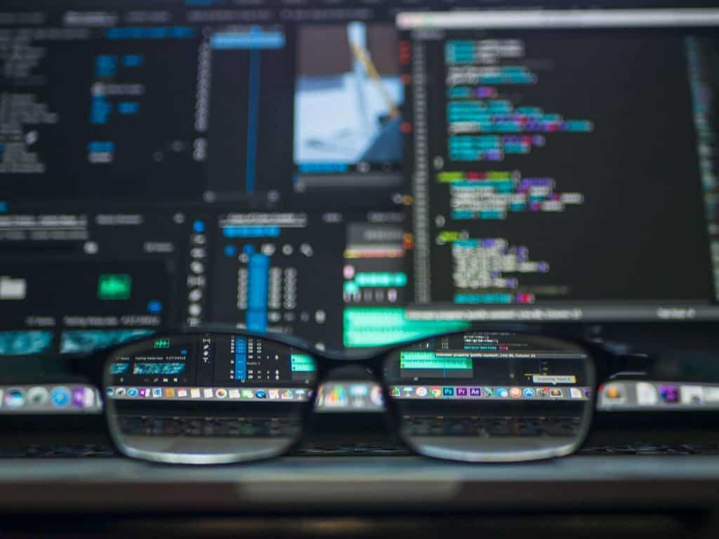 Okulary i ekran komputera