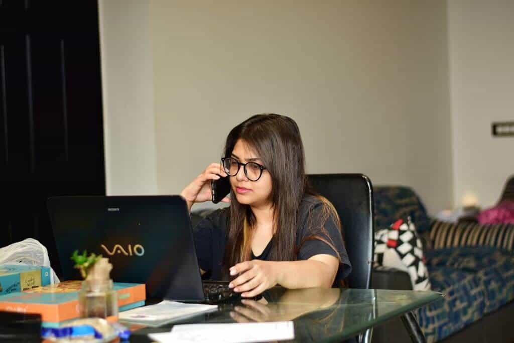 Kobieta pracująca w trybie home office