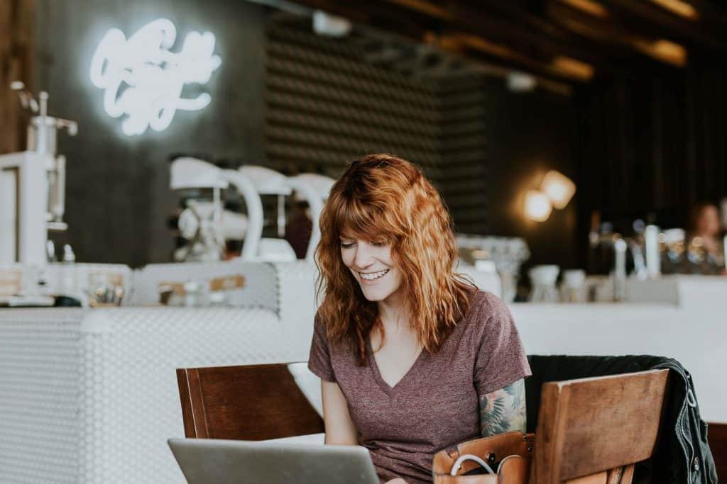 Ruda dziewczyna z laptopem