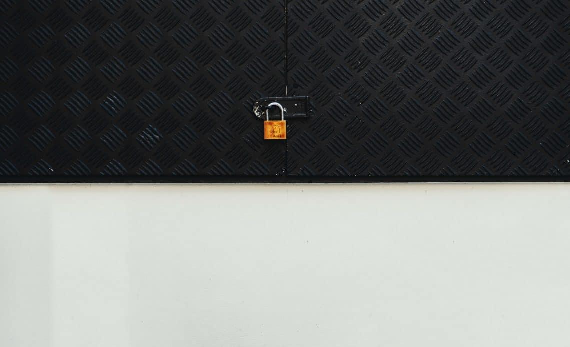 Kłódka na drzwiach