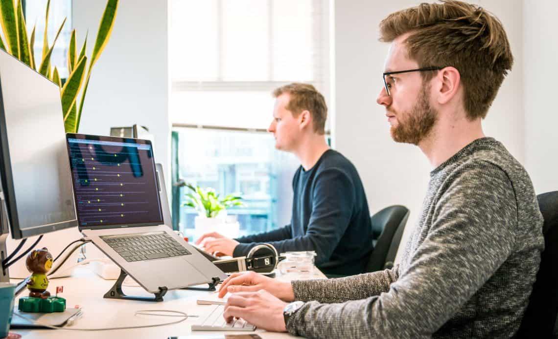Mężczyźni pracujący przy komputerach