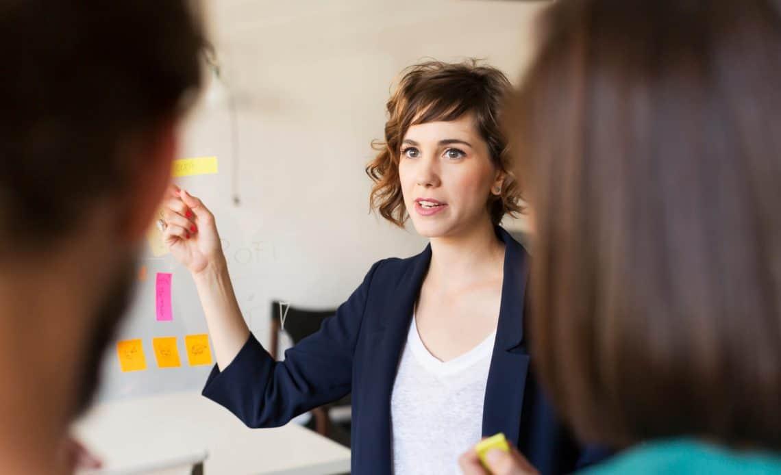 Kobieta przy tablicy