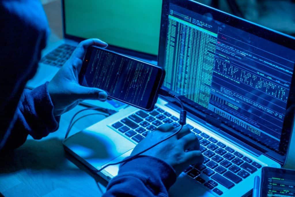 Haker przy laptopie