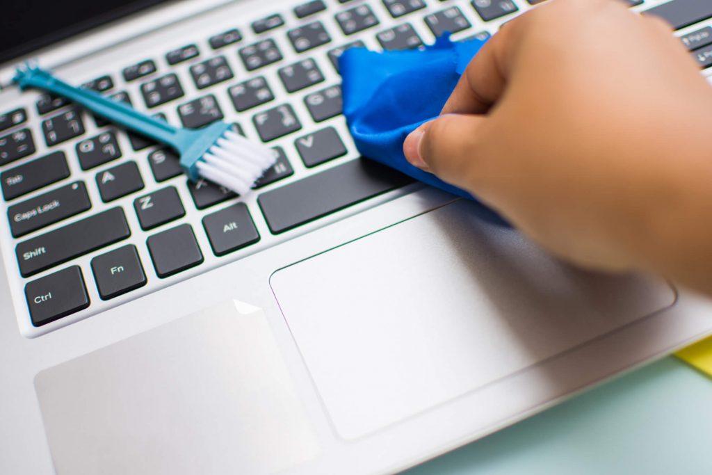 Czyszczenie klawiatury w laptopie
