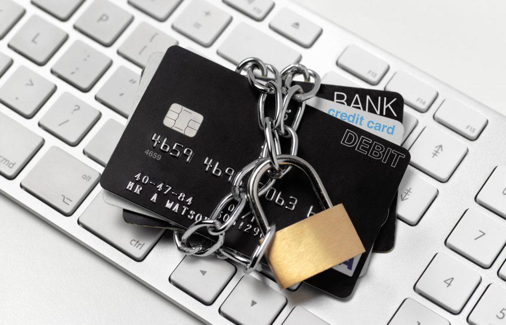 Karty płatnicze obwiązane łańcuchem z kłódką