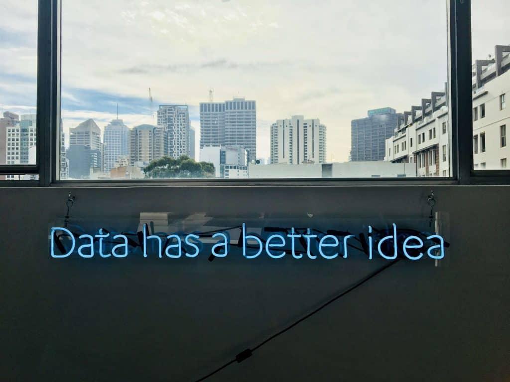 "Neonowy napis ""Data has a better idea"""